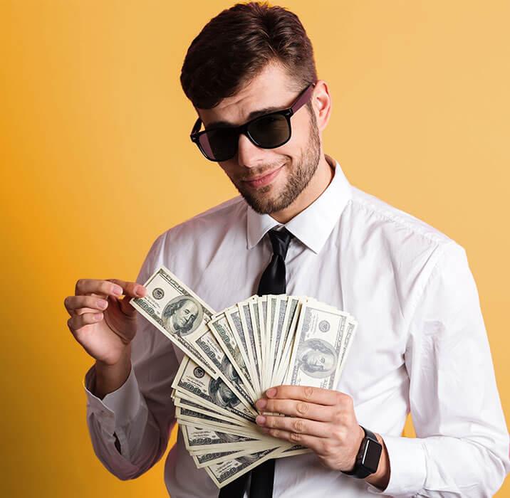 chlapik v okuliaroch s peniazmi so stávkovania